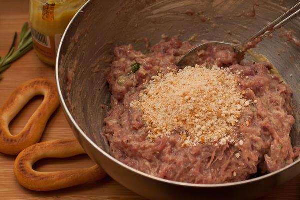 Сухари из пшеничного хлеба измельчите в блендере или растолките. Я использовала сухарей сушки, можно также взять простые крекеры без добавок.   Добавьте крошки в фарш и тщательно перемешайте. Дайте фаршу постоять 10-15 минут в прохладном месте.