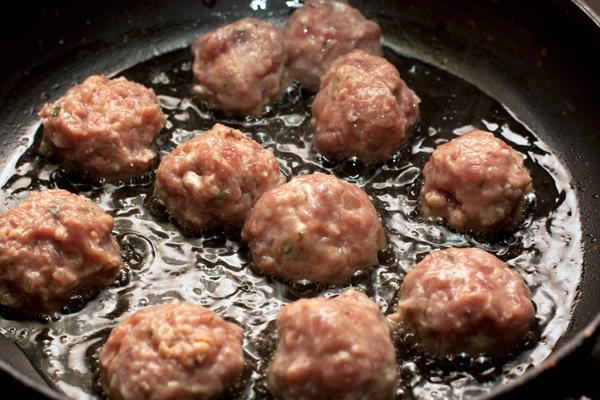 Сформируйте из фарша шарики размером чуть больше грецкого ореха и обжарьте со всех сторон на разогретой сковороде с растительным маслом.