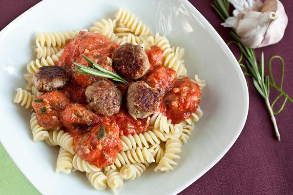 В глубокие тарелки положите пасту, сверху выложите соус с тефтелями. Употребляйте в горячем виде. Приятного аппетита!