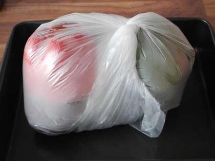 Когда овощи запекутся, положить их в пакет, плотно закрыть и дать остыть