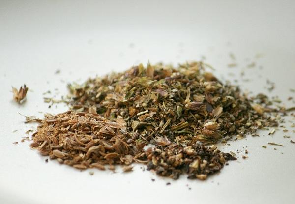 Соединяем все овощи, немного солим и добавляем к ним прованские травы, семена фенхеля (или укропа) и чёрный перец горошком (семена и перец я немного потолкла в ступке).