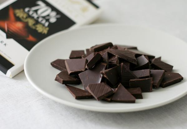Шоколад натираем на крупной тёрке или просто ломаем на кусочки, главное, чтобы не попадалось слишком крупных.