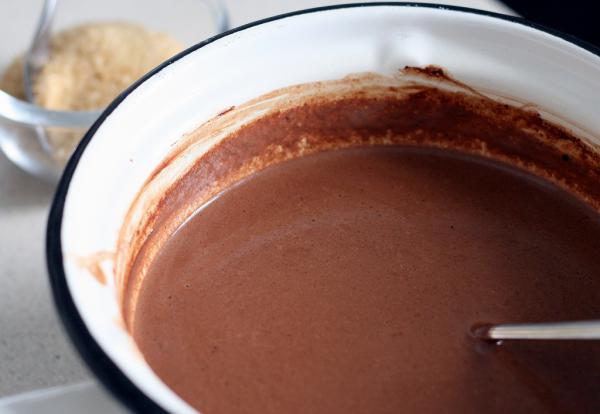 Шоколад должен полностью раствориться, а смесь стать гладкой. Вынимаем специи. Кстати, перец чили можно вынуть раньше других специй, нужно просто найти свою степень остроты.