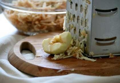 Смешиваем в отдельной посуде муку, манку, сахар, разрыхлитель и корицу: