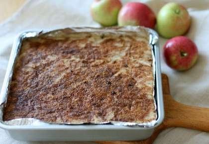 Чередуя слои, выкладываем всю сухую смесь и яблоки, последним должен быть сухой слой. У меня вышло три сухих и два яблочных слоя. Сверху натираем на тёрке сливочное масло: