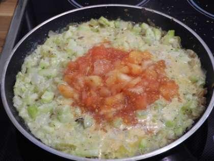 Мякоть от помидор измельчить и добавить в сковороду, перемешать
