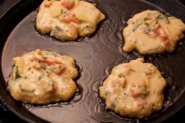 На разогретую сковороду с растительным маслом выкладывайте тесто столовой ложкой. Толщина оладий должна быть около сантиметра или чуть меньше.