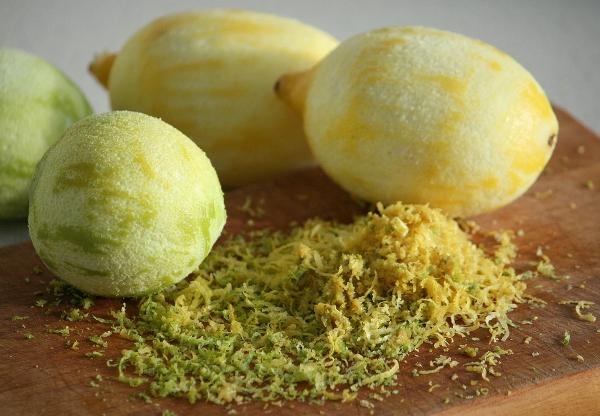 С лимонов и лаймов (помытых, естественно) счищаем цедру специальным ножом или на мелкой тёрке. Белую часть стараемся не трогать, она горчит.