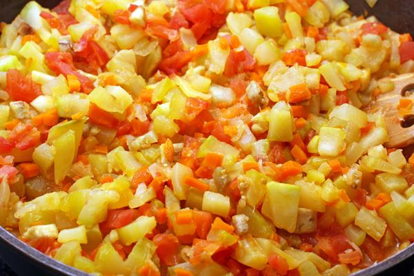 Продолжайте готовить овощи еще около 10 минут, пока они не станут мягкими.