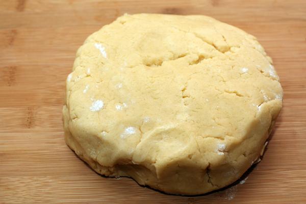 Добавьте просеянную муку и быстро замесите тесто. Долго не месите, достаточно, чтобы тесто стало однородным и пластичным. Заверните тесто в пленку и уберите в холодильник на 30-40 минут.