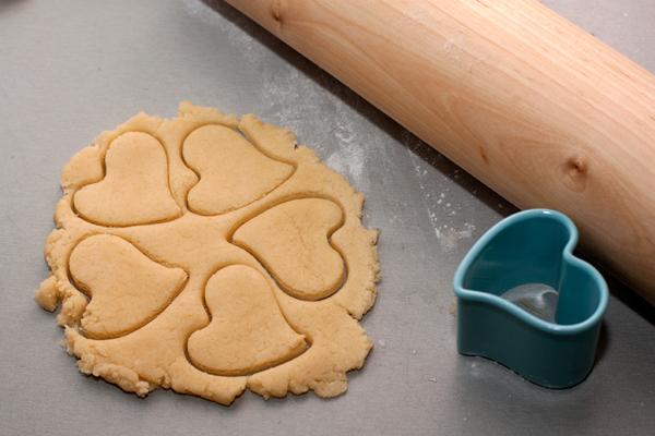 Если тесто останется, из него можно сделать украшения. для пирога.