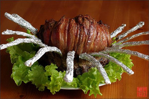 Каждое ребро замотать фольгой, мясо сверху немного посолить, поперчить, сбрызнуть оливковым маслом и отправить в разогретую до 180С духовку, примерно на 50-60 минут, в зависимости от размера корейки.    Нитки удалить, фольгу снять, нарезать вдоль ребер, предварительно дав «отдохнуть» мясу минут 10-15.