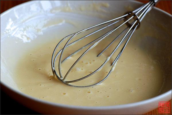 Приготовить кляр, смешав муку, разболтанное яйцо и холодную воду (2 ст. ложки), хорошо вымесить.