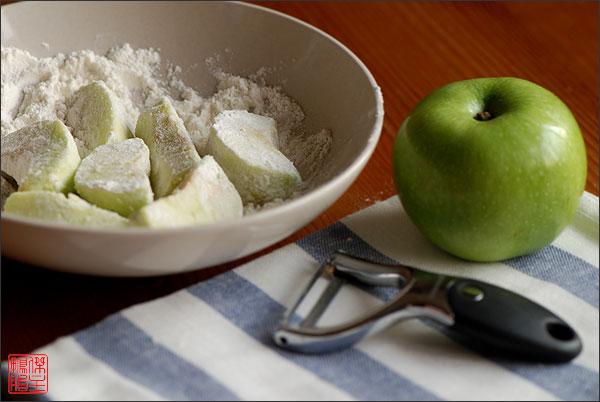 Яблоки очистить от кожуры, удалить сердцевину, нарезать вдоль на ломтики и обвалять в муке.