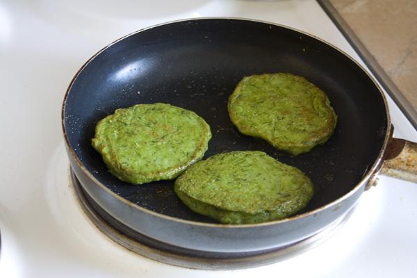 На разогретую, смазанную растительным маслом сковороду, выкладываем порциями тесто. Жарим с двух сторон на среднем огне с закрытой крышкой.