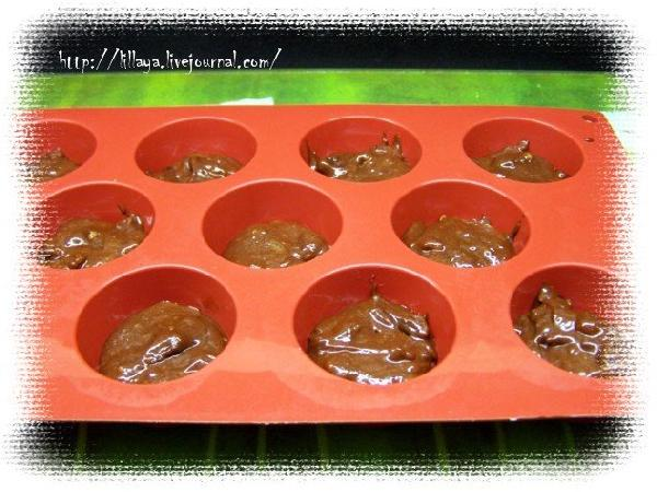 Наполнить формы для маффинов примерно на половину. Поставить в предварительно разогретую до 180 духовку и выпекать 10-12 минут.