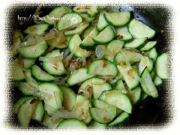 Добавить цуккини (оставить немного для верхушки), приправить солью и перцем и готовить до мягкости.