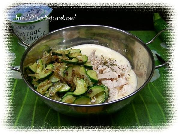 Взбить яйца и добавить курицу, цуккини и травы.