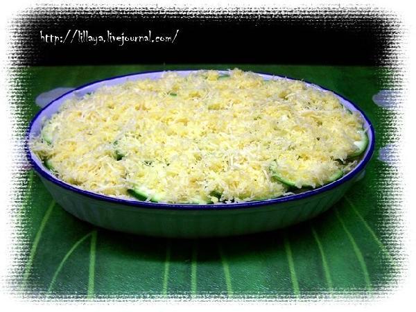 Сверху посыпать оставшимся сыром и отправить в духовку на средний огонь на 30 минут.