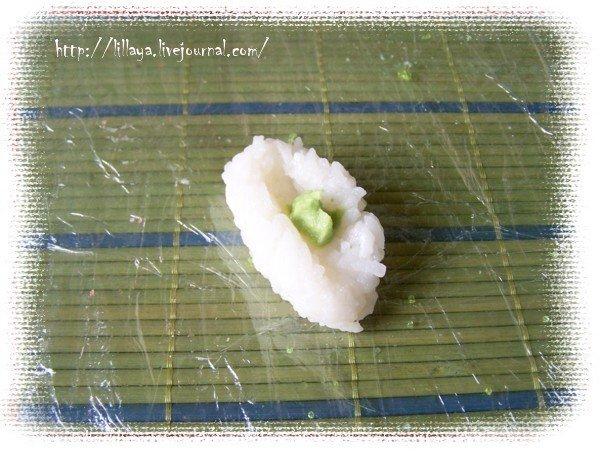 Теперь сделаем нигири-суши, т.е. суши, которые лепят руками.  Для этого смачиваем руки водой, выкладываем в ладонь ложку риса, формируем пирожок, пальцем продавливаем по середине канавку, кладем туда немножко васаби (японского зеленого хрена),