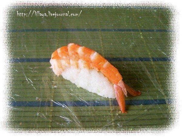 Сверху укладываем креветку. Нигири-суши готовы.