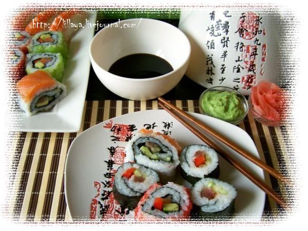 Теперь порежем суши на порции. Для этого надо взять острый нож и смачивать его водой, чтобы не прилипал рис.  Укладываем суши на блюдо.  Подаем к ним соевый соус, васаби и маринованный имбирь.