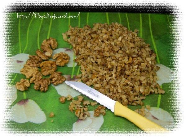 Орехи порезать ножом на небольшие кусочки.