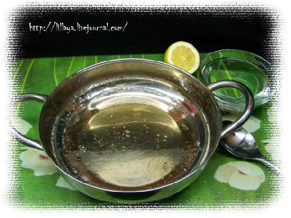 В кастрюльку положить сахар и залить 50 мл воды. Варить на маленьком огне пока сироп слегка не загустеет и не приобретет золотистый цвет. Добавить сок лимона (это чтобы грильяж не стал стекловидным) и перемешать.