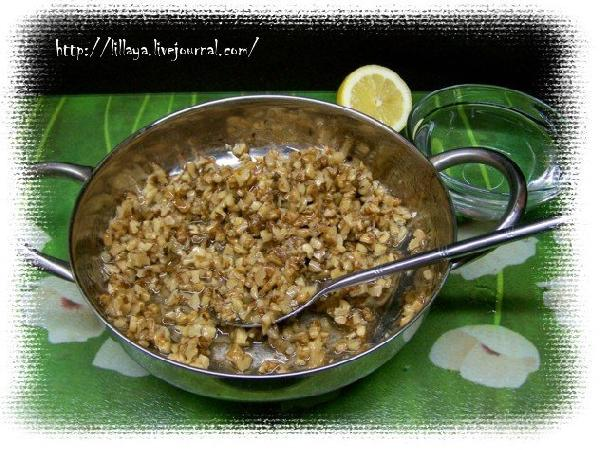 Всыпать орехи, перемешать с помощью ложки, чтобы сироп обволакивал орехи со всех сторон.