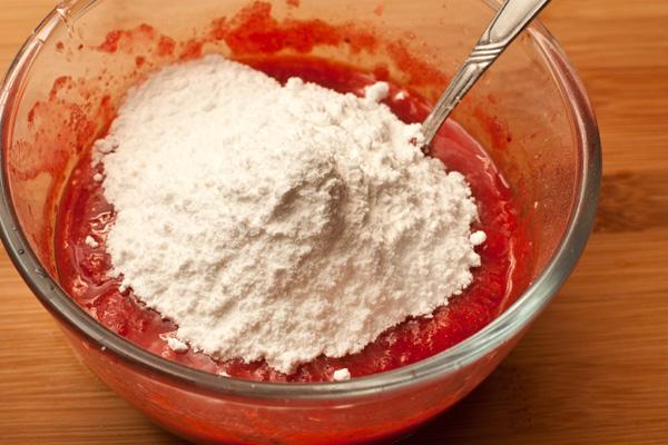 Добавьте желатин, дайте ему набухнуть несколько минут (следуйте инструкциям на упаковке), затем добавьте сахарную пудру и лимонный сок, перемешайте и нагревайте на небольшом огне, помешивая, до полного растворения желатина. Не кипятите!