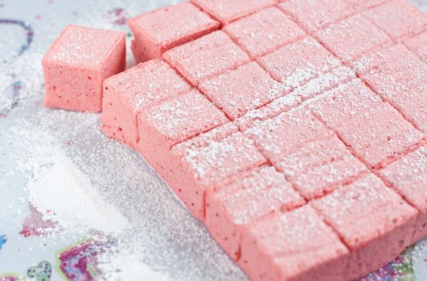 Нарежьте кубиками, обваляйте в сахарной пудре и подавайте.  Идея и рецепт блюда отсюда http://laperla-foto.livejournal.com/113485.html
