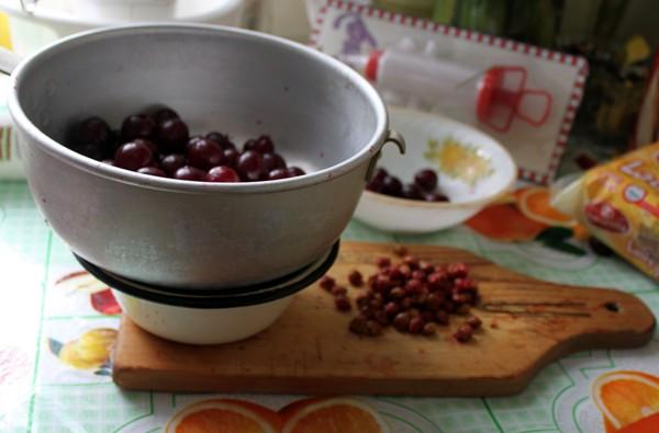 Вишню вымыть, очистить от плодоножек и косточек. 10-12 ягод отложить для украшения пирога.  Вишню положить в сито, чтобы дать стечь образовавшемуся соку.