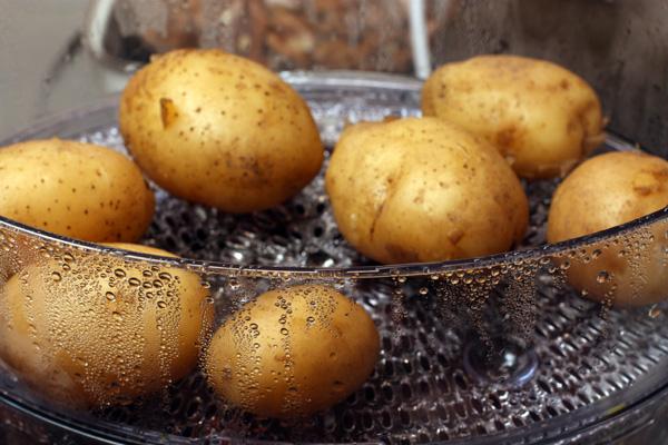 Свеклу, картофель и морковь нужно предварительно сварить «в мундире». Лучше всего это делать в пароварке, так они теряют меньше витаминов и получаются вкуснее. Перед варкой просто помойте их.