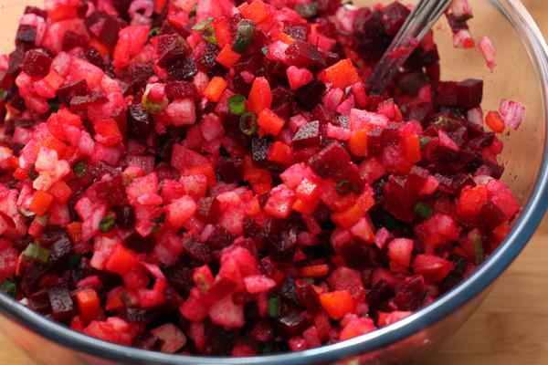 Хорошо перемешайте все овощи в большой миске.