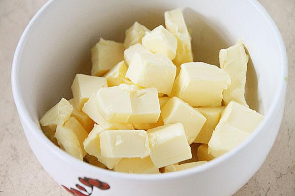 Маслу дайте полежать минут 20 при комнатной температуре (тем временем подготовьте остальные ингредиенты), затем порежьте на кусочки и сложите в чашку.