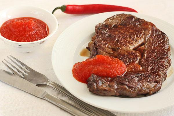 Готовому стейку дайте полежать в теплом месте (например, в духовке при 50 градусах) 10 минут, затем подавайте с соусом из острого перца и красным вином.