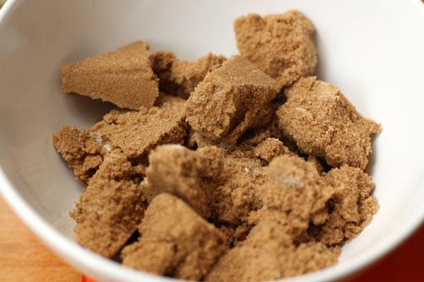 Коричневый сахар имеет тенденцию затвердевать и слеживаться при хранении. Чтобы он снова стал рассыпчатым, его нужно накрыть влажной салфеткой и дать постоять 15 минут. Или также поставить на полминуты в микроволновку.