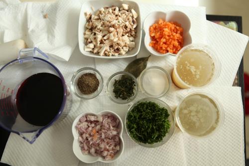 Мелко режем грибы. Отделяем листики тимьяна от стеблей, мелко режем петрушку. Масло режем на кусочки. (Все надо сделать заранее).