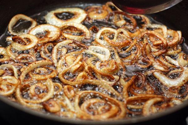 Жарьте лук на большом огне до золотисто-коричневого цвета. Из него должен уйти сок, чтобы мясо, которое мы будем добавлять впоследствии, не тушилось, а жарилось.