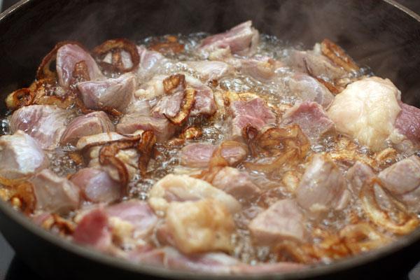 Теперь кладем мясо, очищенное от жил и нарезанное кубиками. Огонь все также большой.