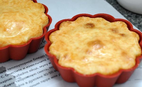 Нагреть духовку до 180 гр. Все ингредиенты смешать, кроме яичных белков. Белки взбить в отдельной посуде со щепоткой соли, до мягких пиков. Аккуратно примешать к творожной массе. Вылить готовую массу в смазаную жиром огнеупорную форму и выпекать минут 25-45( зависит от величины формы), пока верх не станет золотистого цвета. Подавать запеканку тёплой, со сметаной или вареньем.