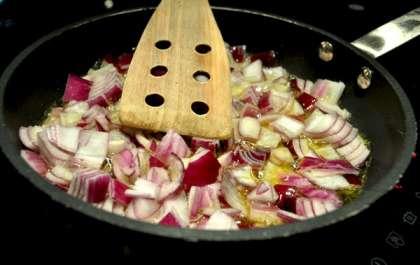 Для приготовления лукового мармелада я взял красный лук. Можно было бы взять белый или шалот - это не так важно, но красный лук при обжарке меньше пригорает и быстро становится мягким.  Если вы готовы со всем тщанием следить за луком, и помешивать его постоянно - используйте любой который у вас есть.  <br><br>  Луковицы нарезать квадратиками со стороной ~1 см, слегка разогреть оливковое масло, и высыпать в него лук.   <br><br>  Самое главное в приготовлении лукового мармелада - не пережечь лук. Лук, который начинает пригорать, даже пусть и совсем немного, даст соусу чувствительный привкус, который помешает получить удовольствие от стейка.