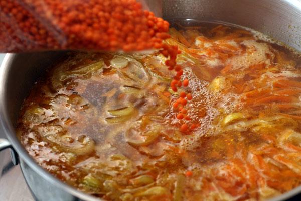 Вскипятите 2 литра воды, переложите туда овощи и доведите до кипения. Всыпьте чечевицу, посолите и варите 15 минут на небольшом огне.