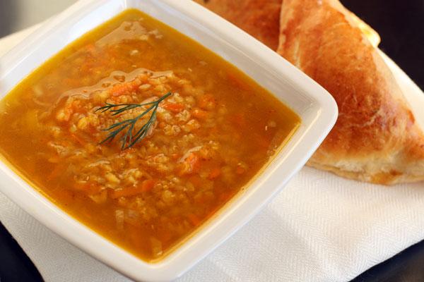 Подавайте суп из чечевицы горячим со свежим хлебом, гренками или пирожками.