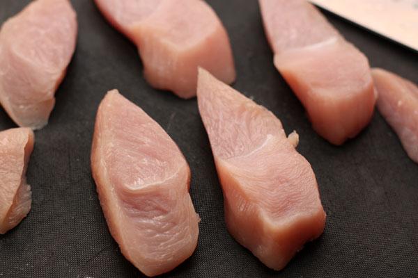 Мясо нарежьте поперек волокон кусками толщиной 1,5-2 см.