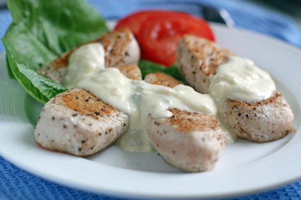 Подавайте мясо горячим, полив соусом. На гарнир лучше подать овощи или рис.