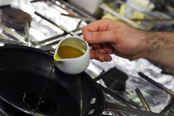 Разогреваем в сковороде оливковое масло.