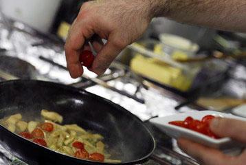 Добавляем к грибами половинки помидоров черри
