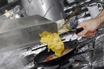 Добавляем пасту к грибам и овощам, перемешиваем и нагреваем 1-2 минуты