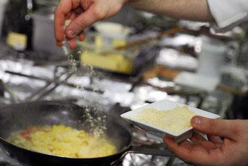 Посыпаем блюдо тертым сыром. Перемешиваем